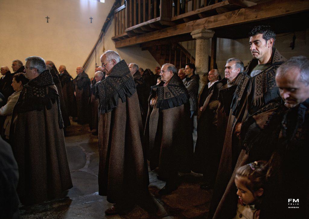 Cofrades con capa parda alistana en el interior de la iglesia de Bercianos de Aliste